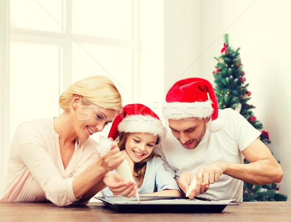 Família feliz ajudante cozinhar comida Foto stock © dolgachov