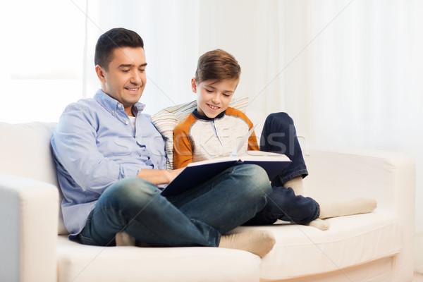 Heureux père en fils lecture livre maison famille Photo stock © dolgachov