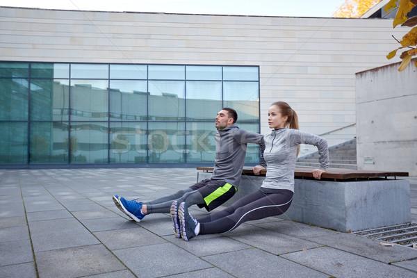 Para triceps wykonywania odkryty fitness Zdjęcia stock © dolgachov