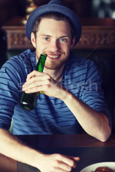 Mutlu genç içme bira bar birahane Stok fotoğraf © dolgachov