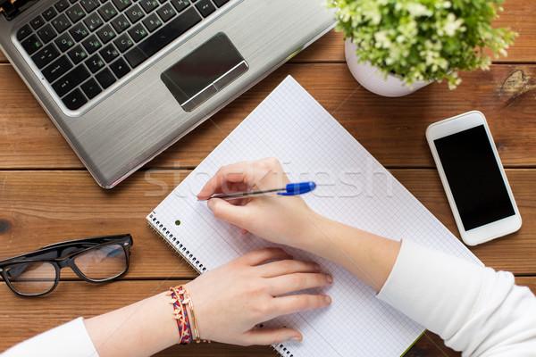 Kobieta student piśmie notatnika edukacji Zdjęcia stock © dolgachov