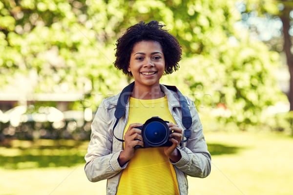 Felice african donna fotocamera digitale parco persone Foto d'archivio © dolgachov
