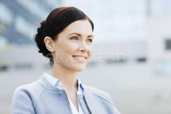 Jóvenes sonriendo mujer de negocios edificio de oficinas gente de negocios mujer Foto stock © dolgachov