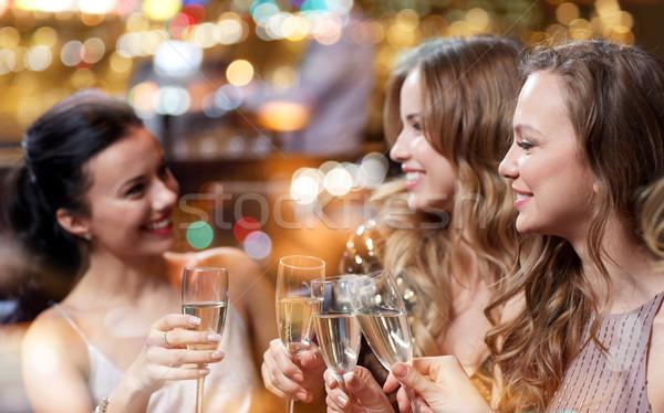 Gelukkig vrouwen champagne bril nachtclub viering Stockfoto © dolgachov