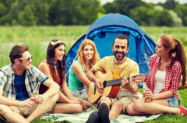 Felice amici bevande chitarra camping viaggio Foto d'archivio © dolgachov