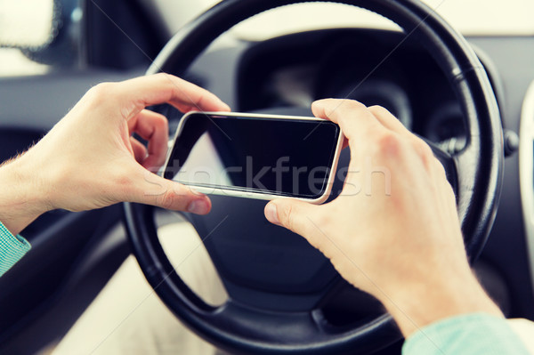 Uomo mano smartphone guida auto Foto d'archivio © dolgachov