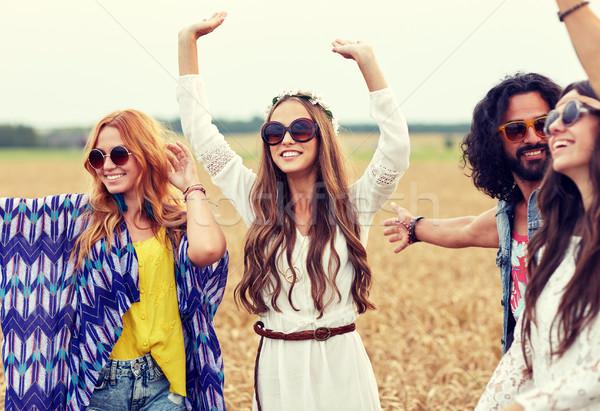Gelukkig jonge hippie vrienden dansen granen Stockfoto © dolgachov