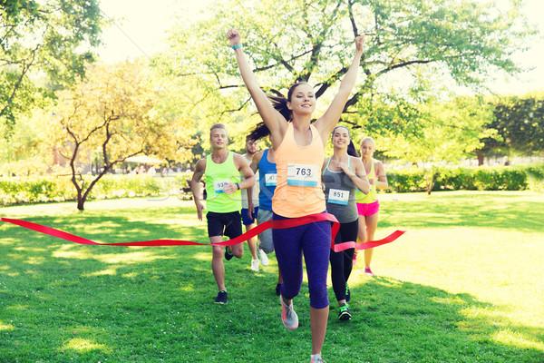 Feliz jóvenes femenino corredor ganar carrera Foto stock © dolgachov