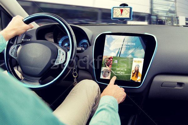 Człowiek jazdy samochodu wiadomości aplikacja Zdjęcia stock © dolgachov