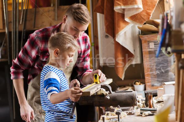 Père en fils souverain mesure bois atelier famille Photo stock © dolgachov