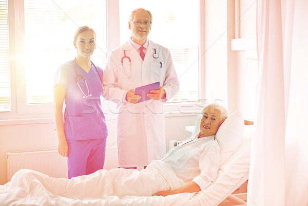 Orvos nővér idős nő kórház gyógyszer Stock fotó © dolgachov