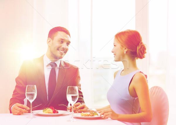 Souriant couple manger plat principal restaurant vacances Photo stock © dolgachov