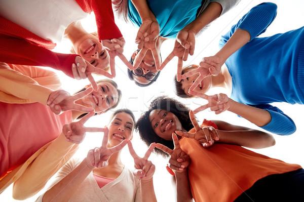 Międzynarodowych grupy szczęśliwy kobiet pokoju Zdjęcia stock © dolgachov