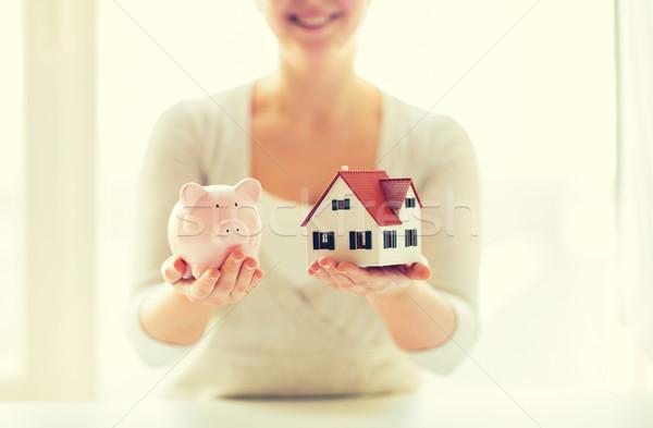 Photo stock: Femme · maison · modèle · tirelire · bâtiment