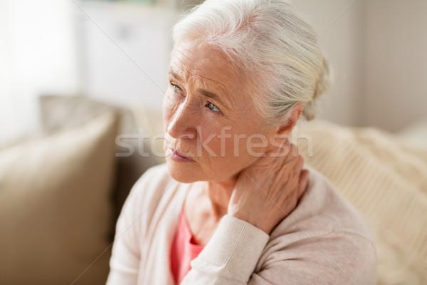 Senior vrouw lijden nekpijn home ouderdom Stockfoto © dolgachov