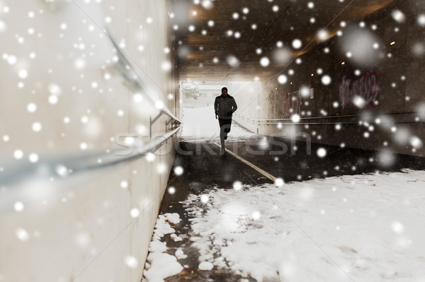 Uomo esecuzione metropolitana tunnel inverno fitness Foto d'archivio © dolgachov