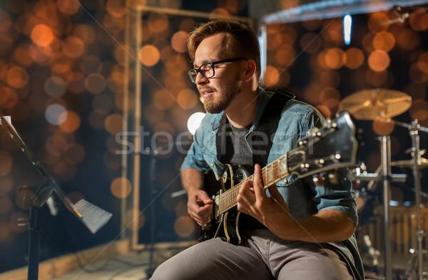 男 演奏 ギター スタジオ コンサート 音楽 ストックフォト © dolgachov
