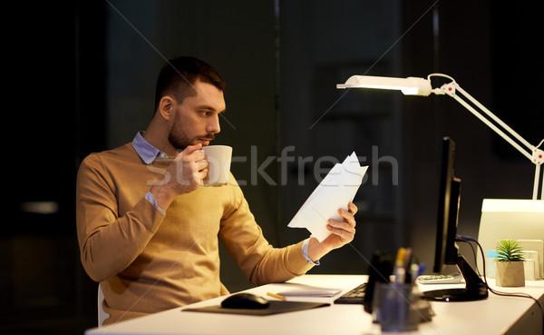 Man papieren koffie werken nacht kantoor Stockfoto © dolgachov