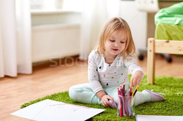 Boldog kislány zsírkréták rajz otthon gyermekkor Stock fotó © dolgachov