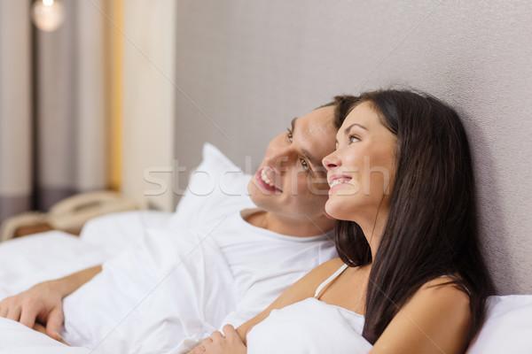 Szczęśliwy para bed hotel podróży Zdjęcia stock © dolgachov