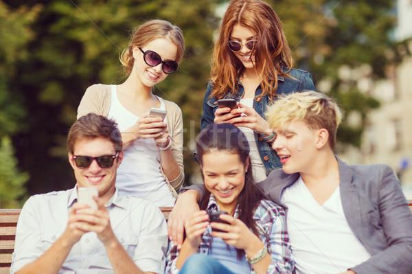 Diákok néz okostelefonok táblagép oktatás technológia Stock fotó © dolgachov