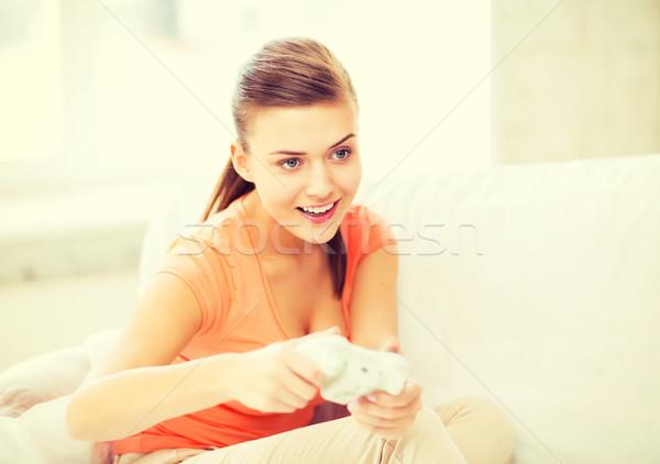 Vrouw bedieningshendel spelen video games entertainment home Stockfoto © dolgachov