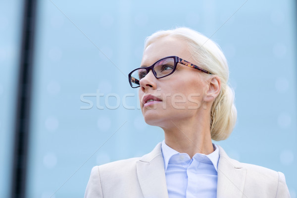 Jonge zakenvrouw kantoorgebouw zakenlieden onderwijs vrouw Stockfoto © dolgachov