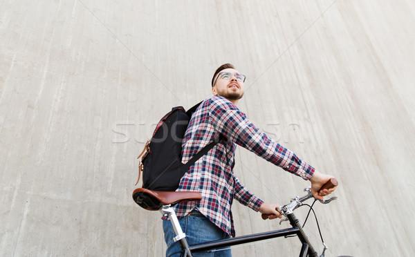 Hipszter férfi fix viselet bicikli hátizsák Stock fotó © dolgachov