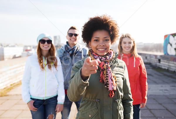 Stockfoto: Gelukkig · vrienden · wijzend · vinger · straat · mensen