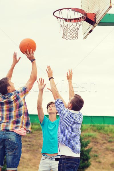 Foto d'archivio: Gruppo · adolescenti · giocare · basket · vacanze