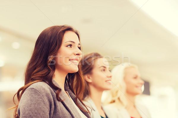 Szczęśliwy młodych kobiet centrum działalności centrum sprzedaży Zdjęcia stock © dolgachov