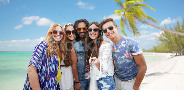 счастливым хиппи друзей Stick пляж Летние каникулы Сток-фото © dolgachov