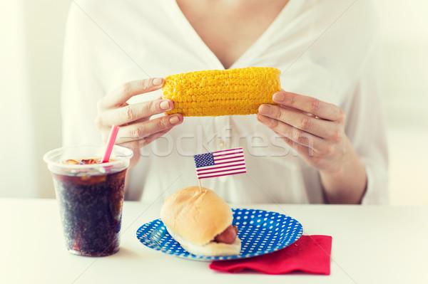Stockfoto: Vrouw · handen · mais · hot · dog · cola