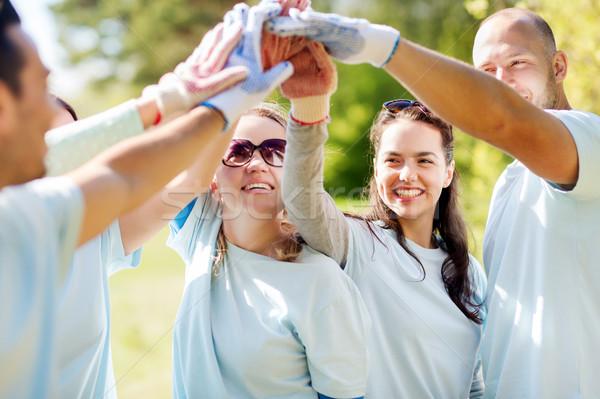 Grupo feliz voluntarios máximo de cinco parque Foto stock © dolgachov