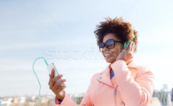 幸せ 若い女性 スマートフォン ヘッドホン 技術 ライフスタイル ストックフォト © dolgachov
