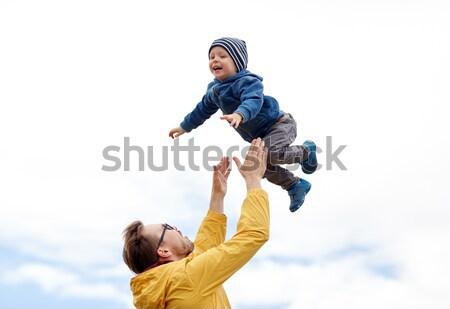 Figlio di padre giocare esterna famiglia infanzia Foto d'archivio © dolgachov