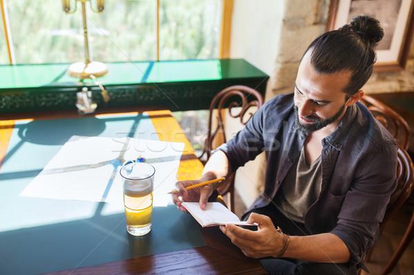 Férfi sör ír notebook bár kocsma Stock fotó © dolgachov