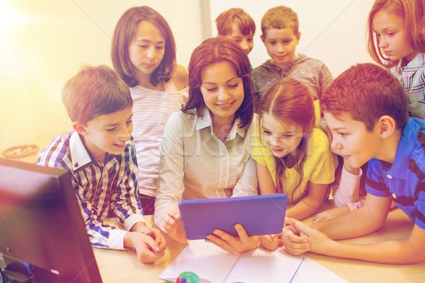 Csoport gyerekek tanár táblagép iskola oktatás Stock fotó © dolgachov