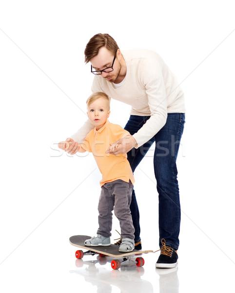 Heureux père peu fils skateboard famille Photo stock © dolgachov