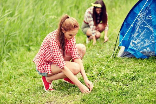 Mosolyog barátok felfelé sátor kint kempingezés Stock fotó © dolgachov