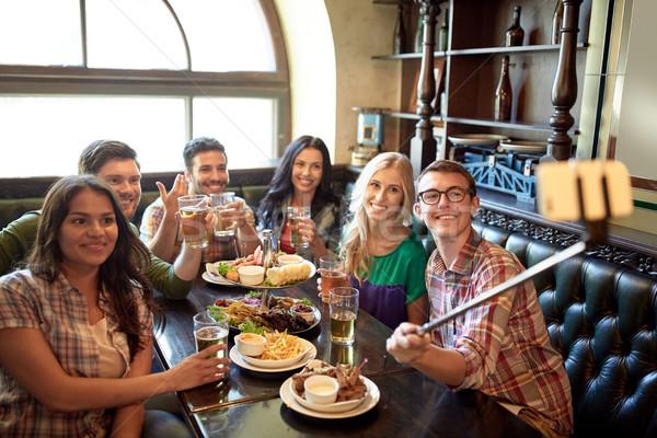 Feliz amigos palo bar pub personas Foto stock © dolgachov