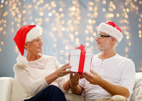 Boldog idős pár mikulás sapkák ajándék doboz család Stock fotó © dolgachov