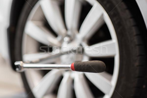 Csavarhúzó autó kerék autógumi szolgáltatás javítás Stock fotó © dolgachov