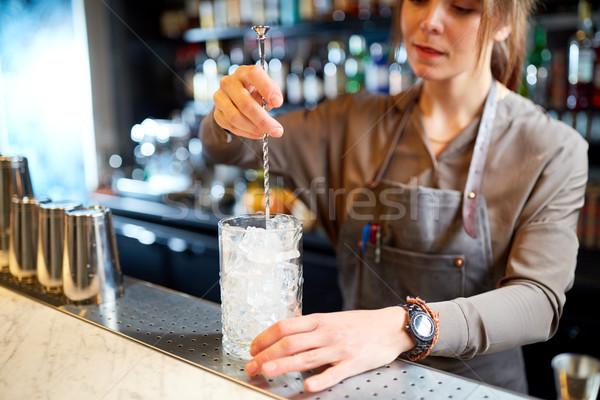 Barman cóctel vidrio bar alcohol bebidas Foto stock © dolgachov