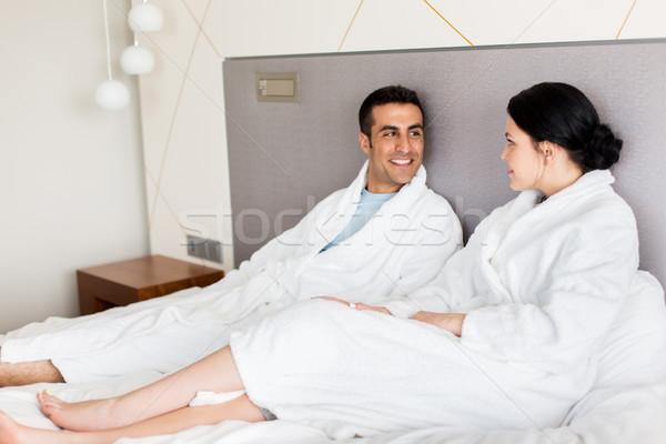 Feliz casal cama casa quarto de hotel pessoas Foto stock © dolgachov
