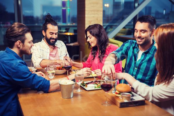 Amici mangiare degustazione alimentare ristorante tempo libero Foto d'archivio © dolgachov
