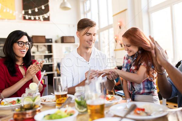 Fericit om propunere femeie restaurant angajament Imagine de stoc © dolgachov
