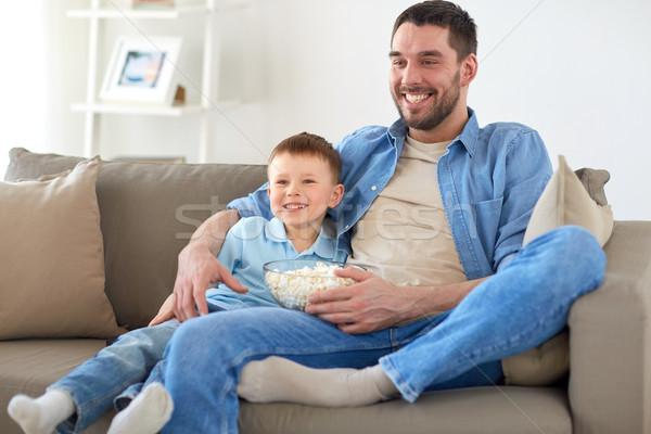 Apa fia pattogatott kukorica néz tv otthon család Stock fotó © dolgachov