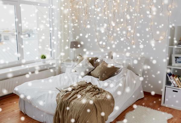 Hálószoba ágy karácsony girland otthon kényelmes Stock fotó © dolgachov