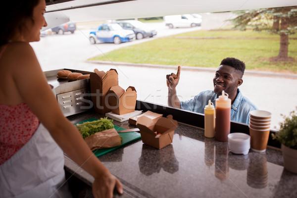 Afroamerikai férfi wok étel teherautó utca Stock fotó © dolgachov